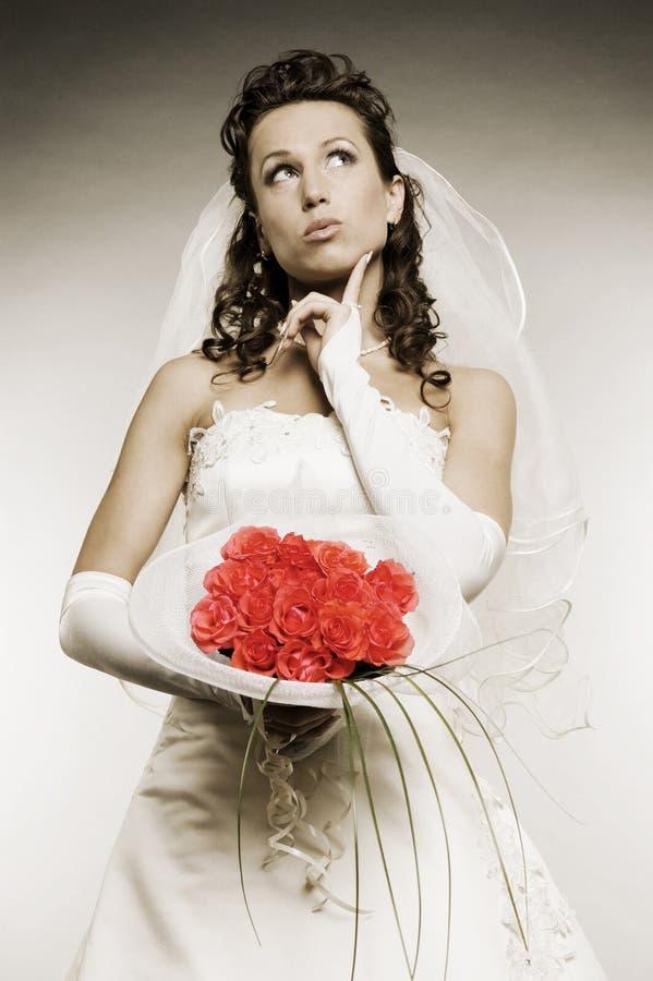 Noiva pensativa com grupo de flores fotos de stock