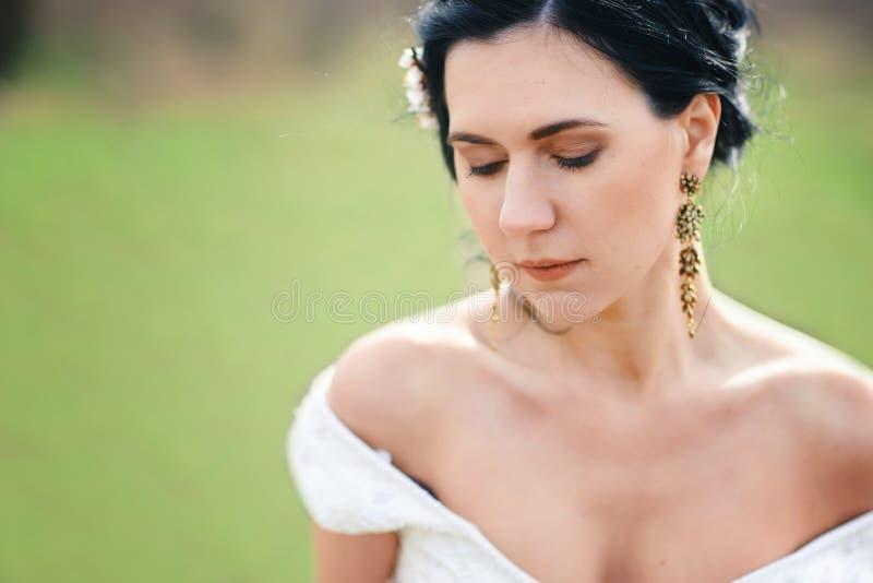 A noiva pensativa da mola com as flores no cabelo fotografia de stock royalty free