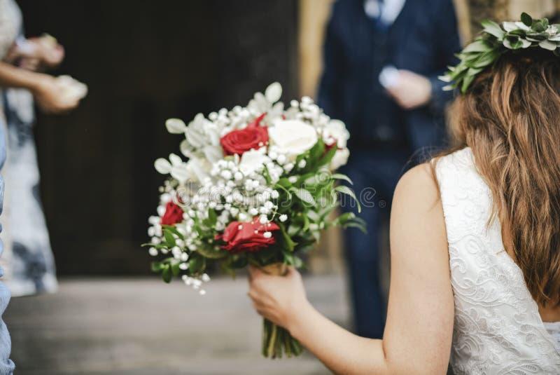 Noiva que anda acima das escadas à capela foto de stock royalty free