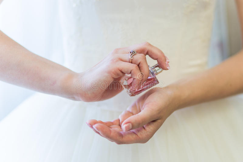 Noiva que aplica o perfume foto de stock royalty free