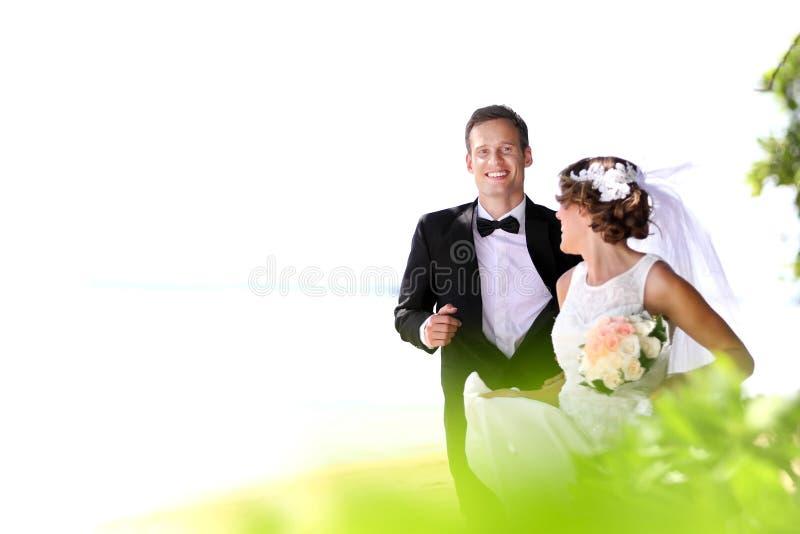 Noiva que corre longe do noivo para o divertimento fotos de stock