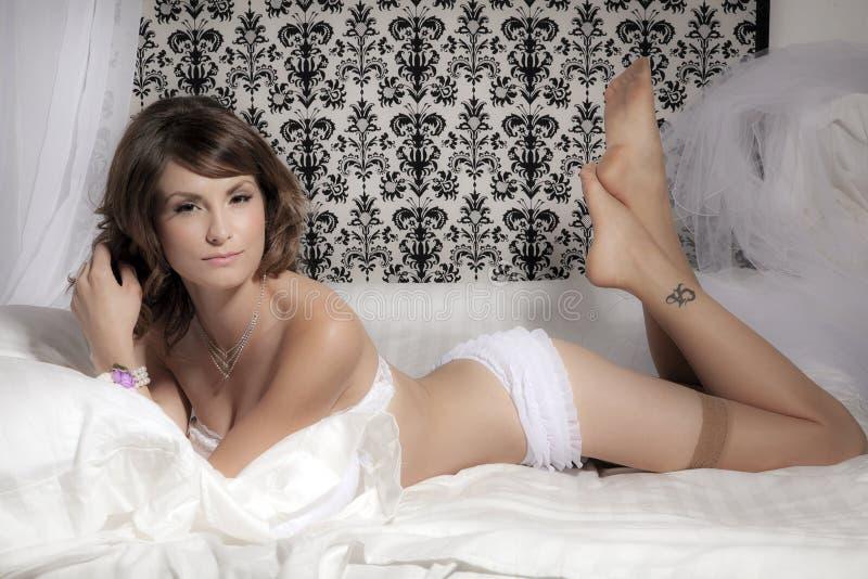 Noiva que encontra-se na cama imagens de stock royalty free