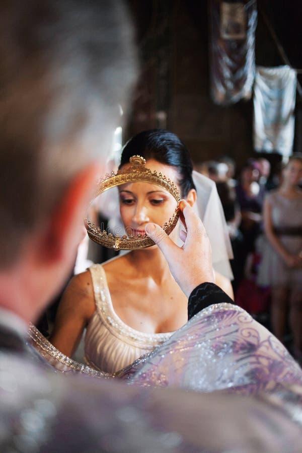 Noiva que está sendo coroada imagens de stock royalty free