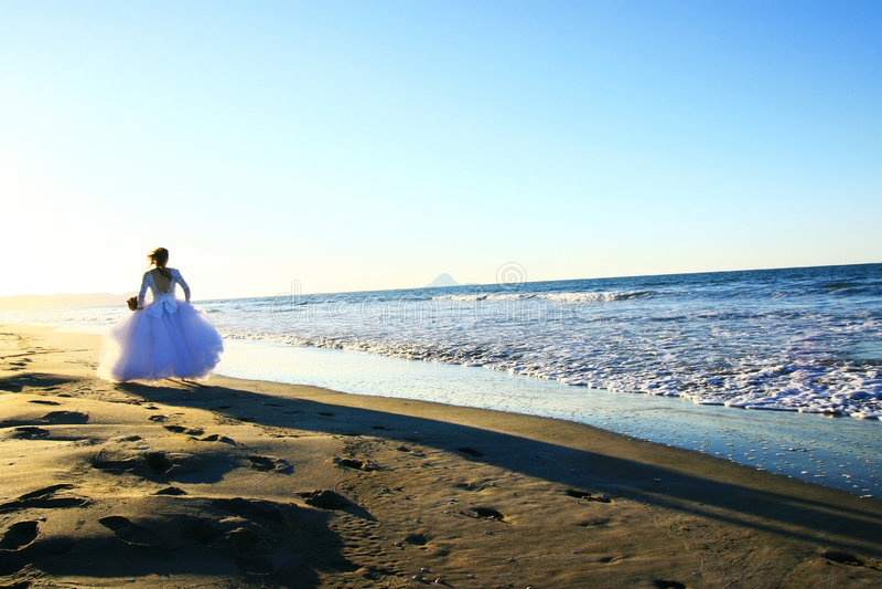 Noiva que funciona na praia imagem de stock