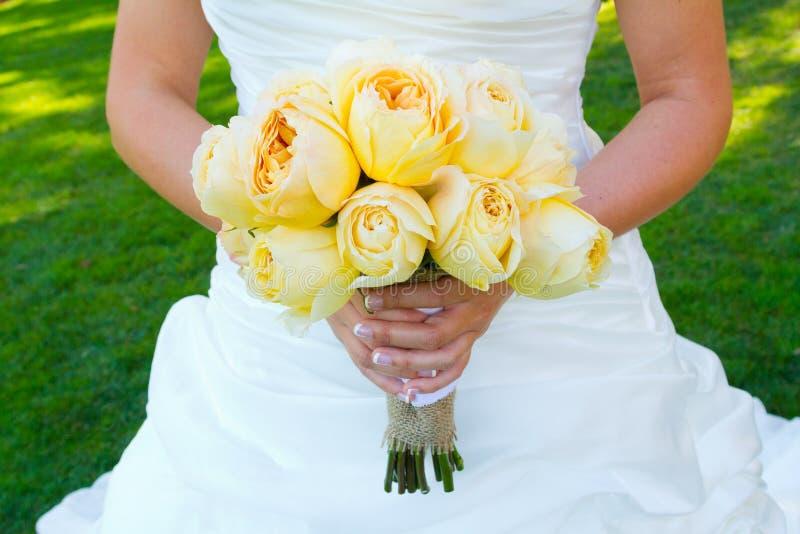 Noiva que guarda flores do ramalhete imagem de stock