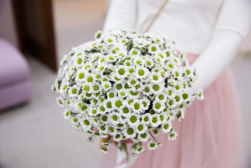 Noiva que guarda o ramalhete do casamento do beautifil foto de stock
