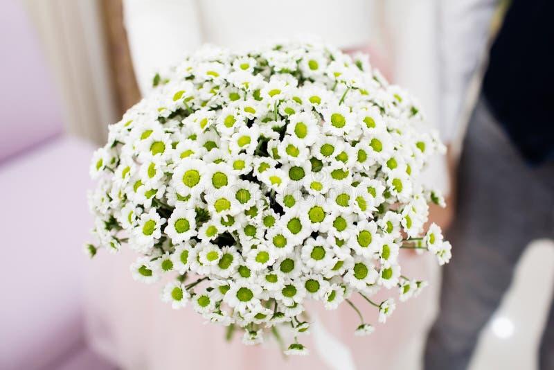 Noiva que guarda o ramalhete do casamento do beautifil foto de stock royalty free