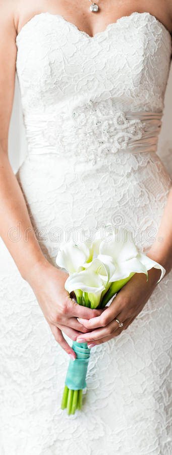 Noiva que guarda um ramalhete dos callas brancos imagem de stock royalty free