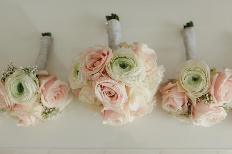 A noiva que guardam à disposição o close-up as flores da casa de botão do noivo com rosas brancas, e verde e hortaliças fotos de stock royalty free