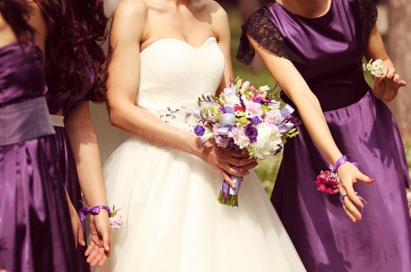 Noiva que guardara o ramalhete do casamento foto de stock royalty free