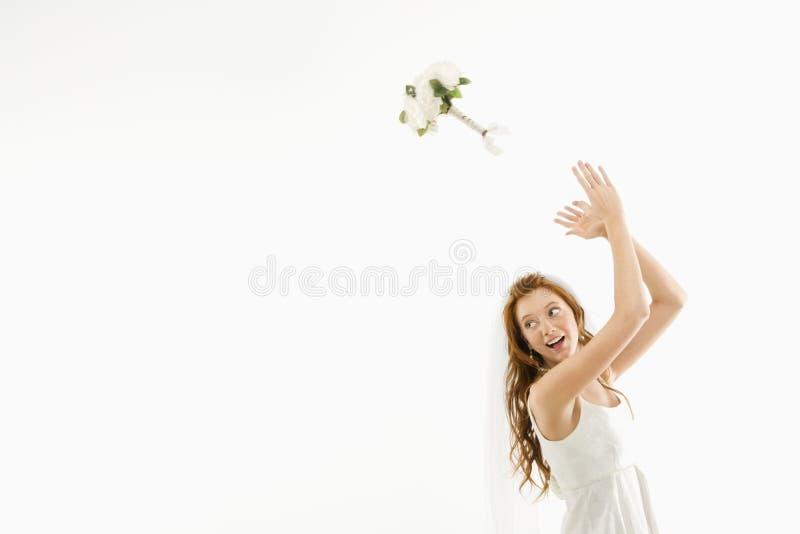 Noiva que lanç o ramalhete. foto de stock royalty free