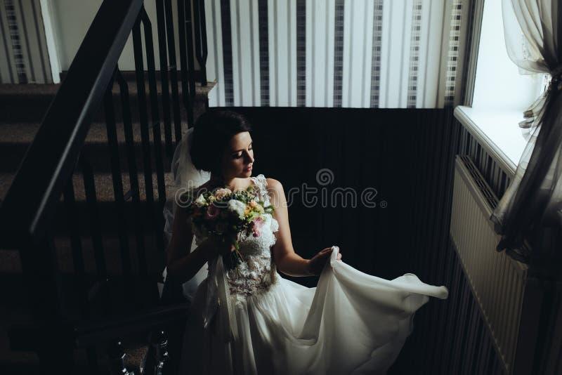 Download Noiva Que Levanta Na Câmara Imagem de Stock - Imagem de vestido, fêmea: 65577233