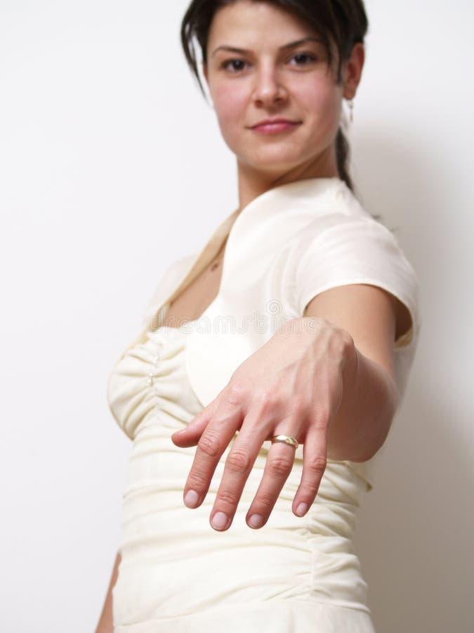 Noiva que mostra o anel foto de stock royalty free