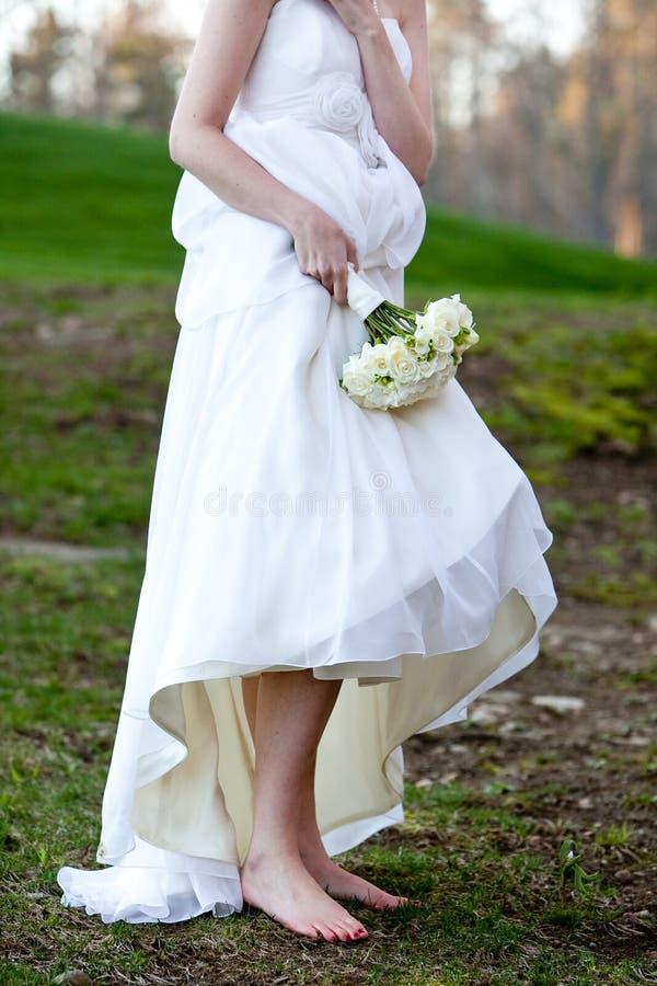 Noiva que não desgasta nenhuma sapata na lama fotografia de stock royalty free