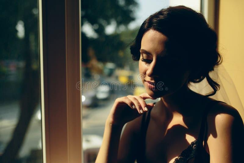 Download Noiva Que Olha Através Da Janela Imagem de Stock - Imagem de olhar, felicidade: 65577309