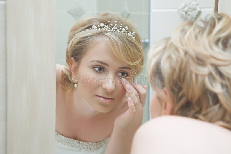 Noiva que olha em um espelho fotografia de stock