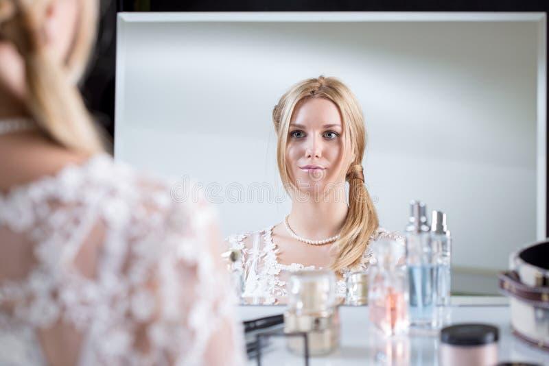Noiva que olha o espelho imagens de stock