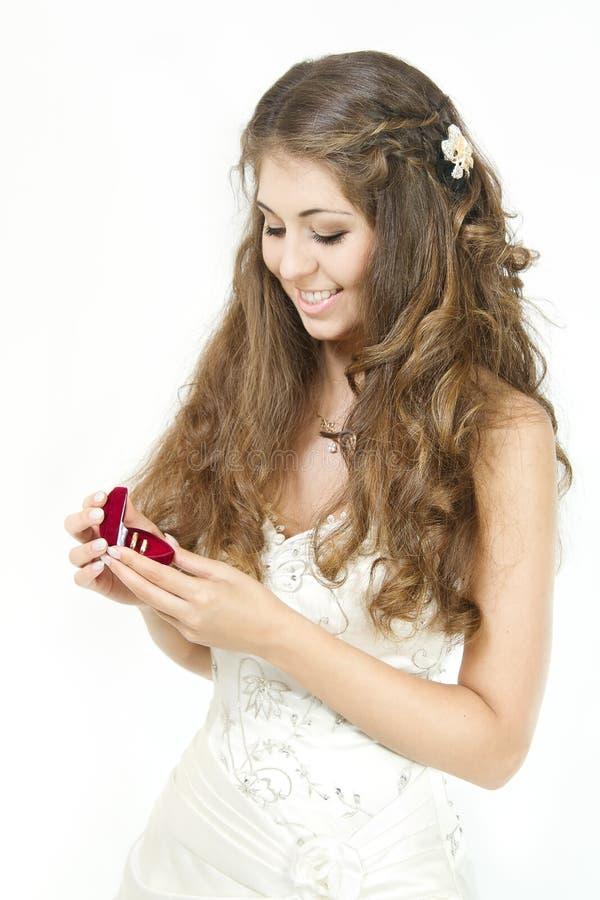 Noiva que prende a caixa vermelha com anéis de casamento dourado. imagens de stock royalty free