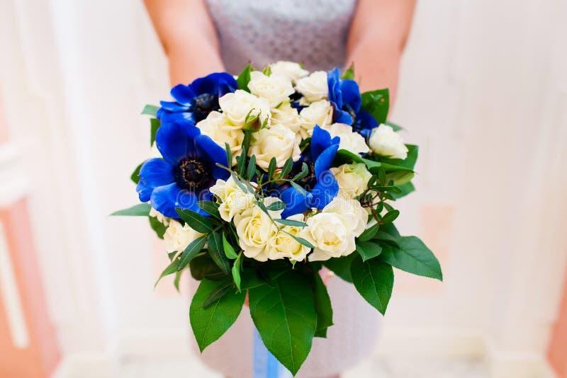 Noiva que prende o ramalhete bonito do casamento imagens de stock royalty free