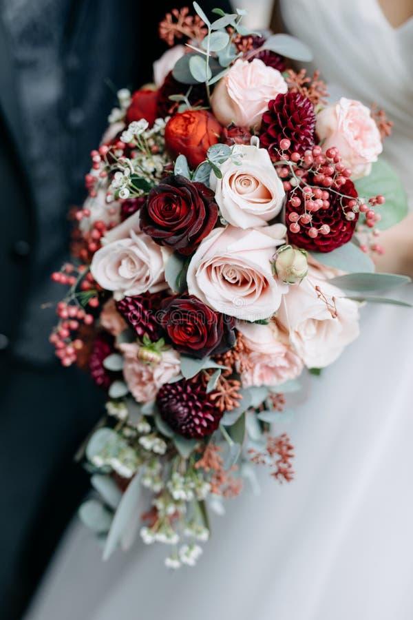Noiva que prende o ramalhete do casamento imagem de stock royalty free