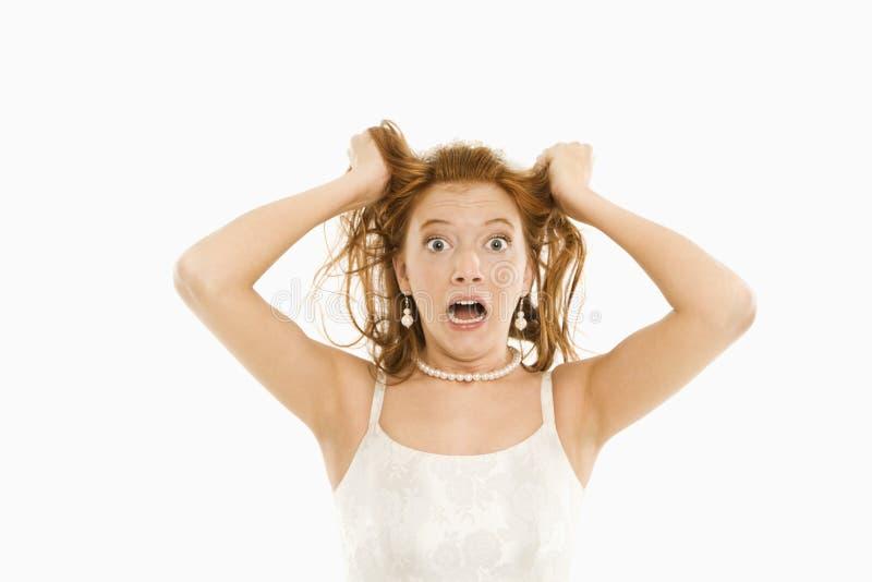 Noiva que puxa seu cabelo. fotografia de stock
