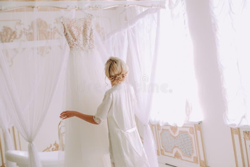 Noiva que toca no quarto luxuoso nupcial do vestido de casamento fotos de stock