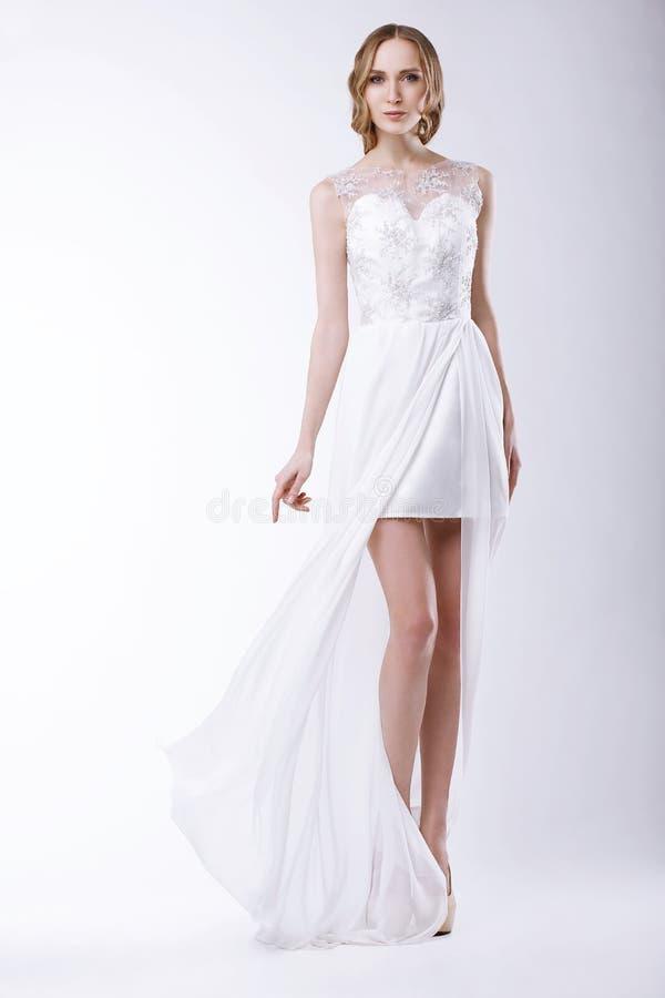 Noiva romântica no vestido nupcial festivo imagem de stock royalty free