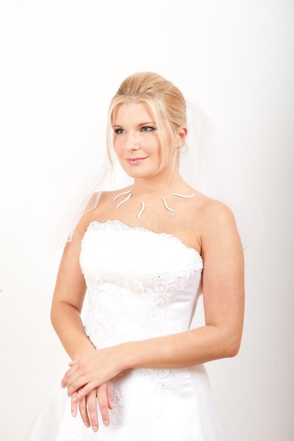 Noiva romântica spretty nova no vestido branco fotos de stock