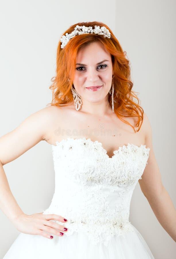 Noiva ruivo em um vestido de casamento, aparência incomum brilhante Penteado bonito do casamento e composição brilhante imagens de stock