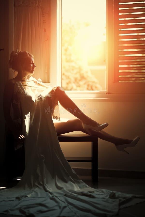 Noiva 'sexy' perto da janela imagens de stock