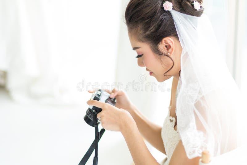 Noiva tailandesa que olha imagens da câmera foto de stock