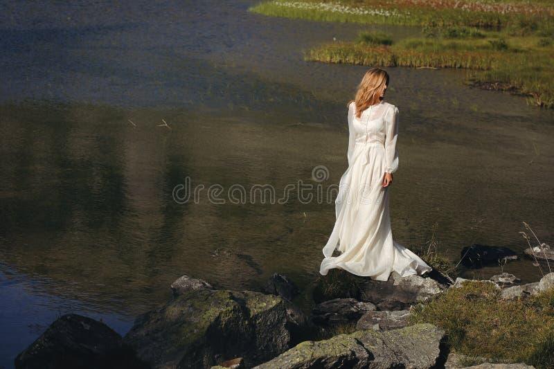 Noiva triste que levanta em um lago da montanha imagem de stock royalty free