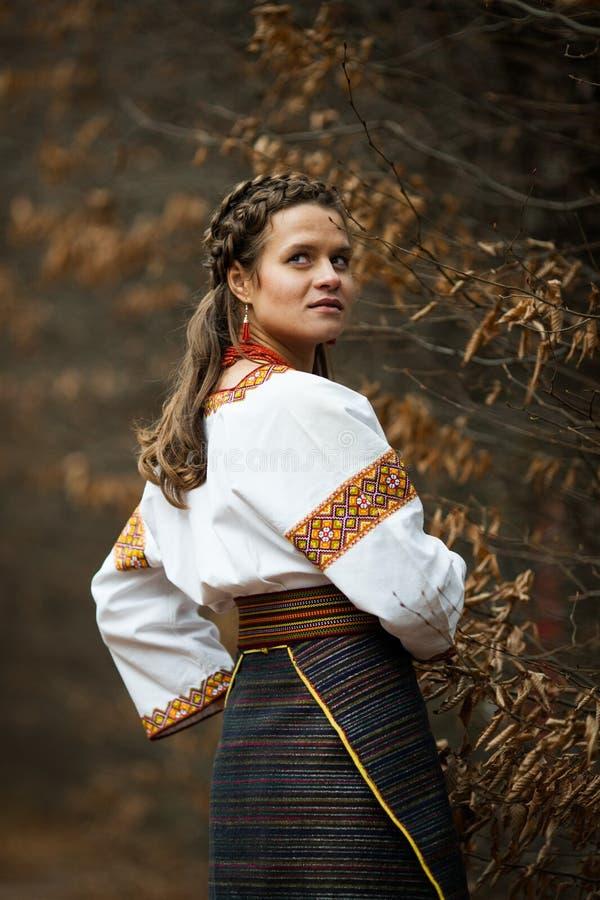 Noiva ucraniana bonita no terno nativo do bordado no backg imagens de stock