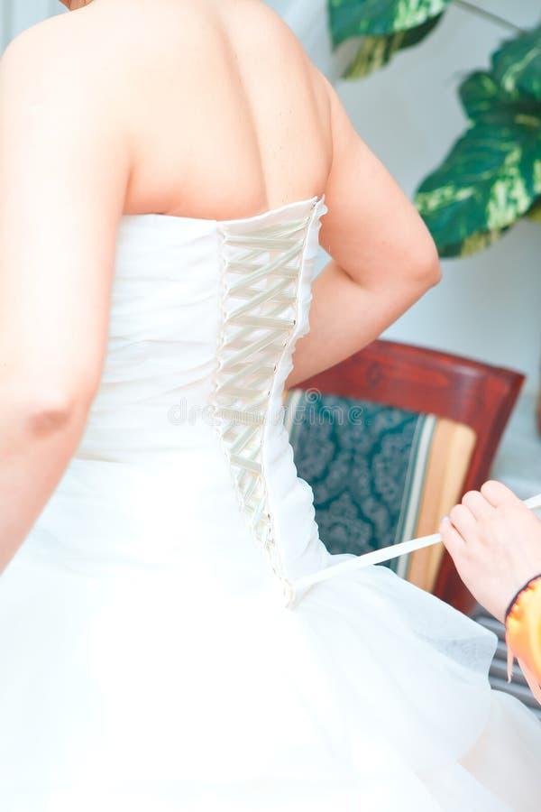 A noiva vestiu-se no vestido de casamento, close-up, parte traseira, casamento, vestidos da dama de honra da noiva imagens de stock royalty free