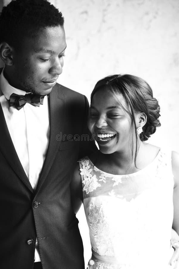 Noivo alegre Together da noiva da ascendência africana fotografia de stock