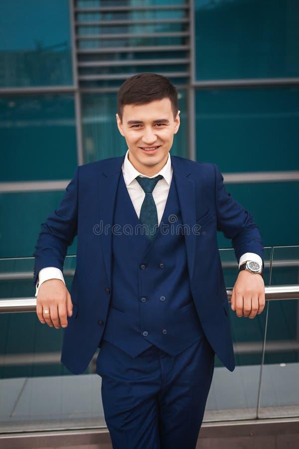 Noivo considerável em um terno azul que sorri e que espera sua noiva foto de stock