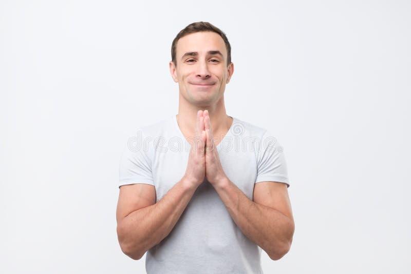Noivo de encantamento, sorrindo com rezar ou implorar o gesto e pedi-lo o favor fotografia de stock