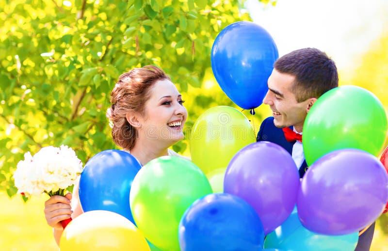 Noivo e noiva com balões fotografia de stock royalty free