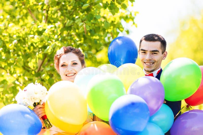 Noivo e noiva com balões fotos de stock