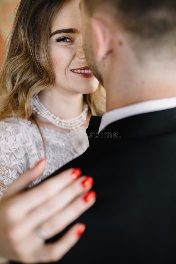Noivo e noiva felizes O par do casamento dentro está abraçando cada ot foto de stock