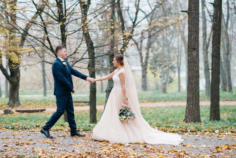 Noivo e noiva junto Pares do casamento fotos de stock