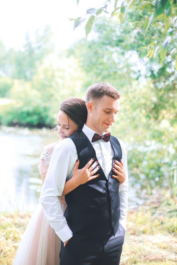 Noivo e noiva junto Pares românticos do casamento exteriores imagem de stock