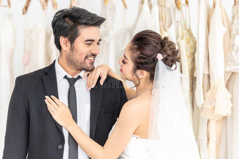 Noivo e noiva que levantam junto na loja do casamento fotografia de stock