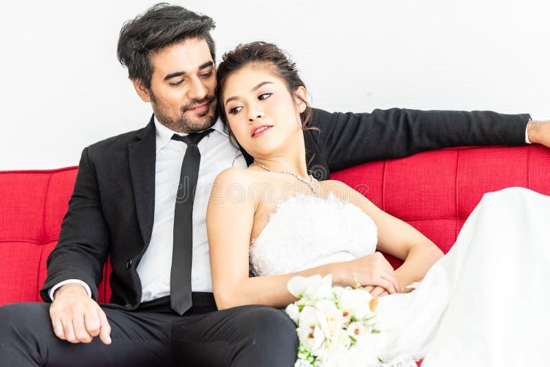 Noivo e noiva que levantam junto na loja do casamento imagem de stock royalty free