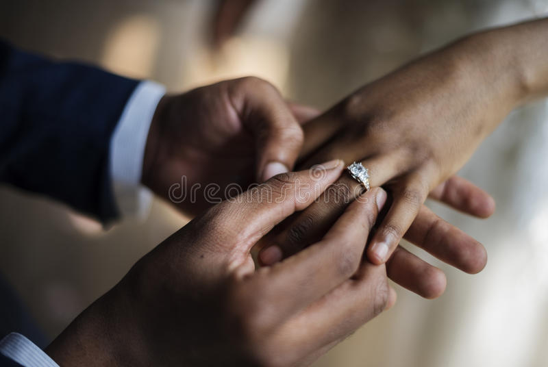 Noivo Put no casamento Ring Bride Hand imagem de stock