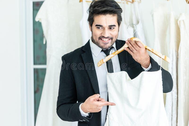 Noivo que mostra a série do casamento da noiva foto de stock royalty free