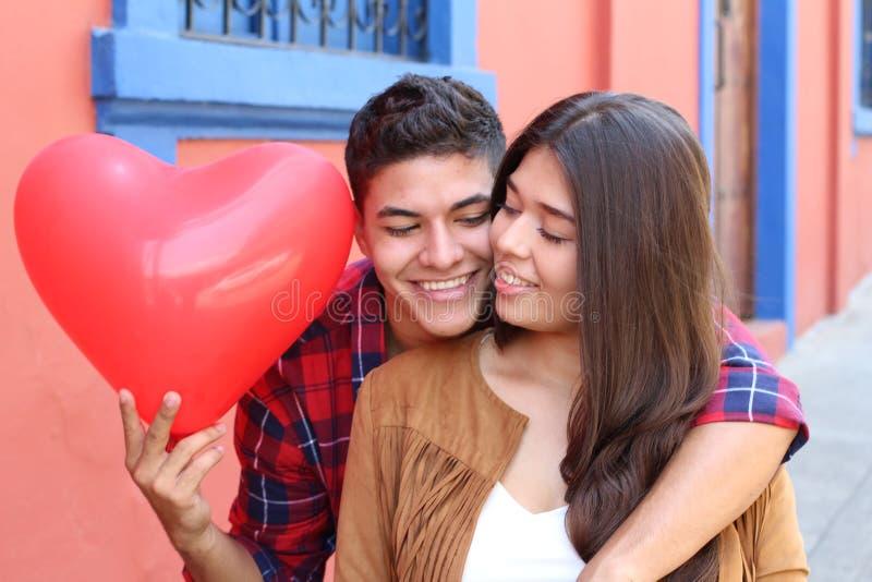 Noivo romântico surpreendente sua menina foto de stock royalty free