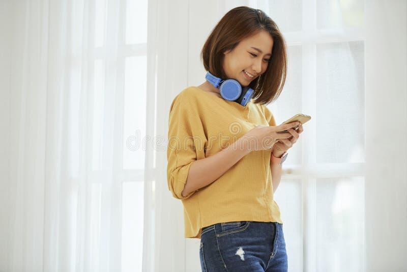 Noivo texting da mulher bonita imagens de stock