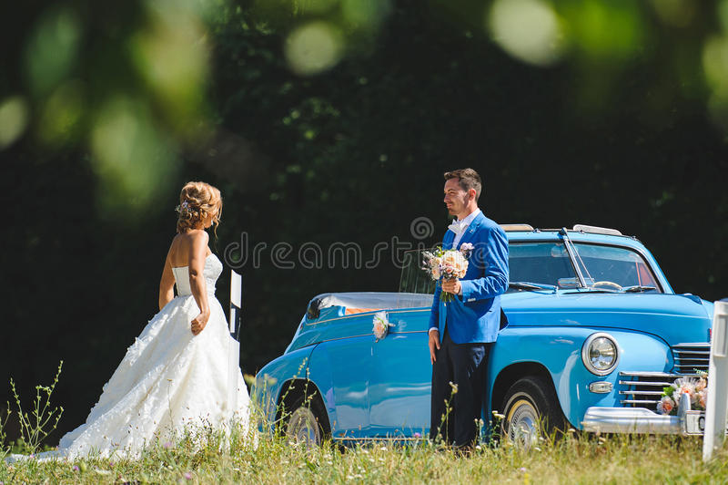 Noivo Waiting For Bride no Cabriolet fotos de stock royalty free