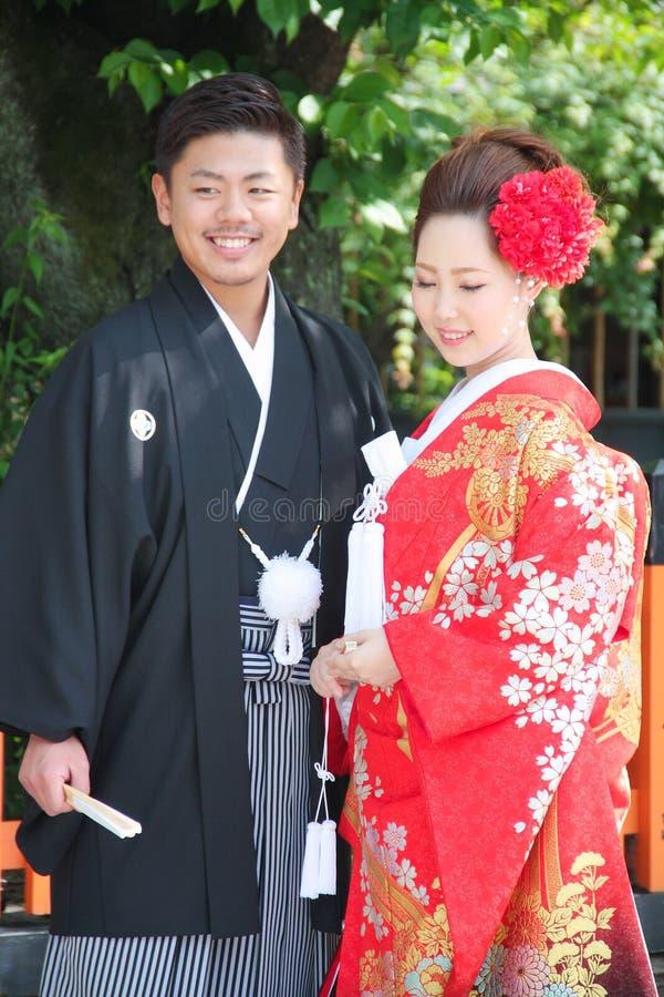 Noivos bonitos que vestem o vestido de casamento japonês tradicional em Kyoto Japão imagens de stock